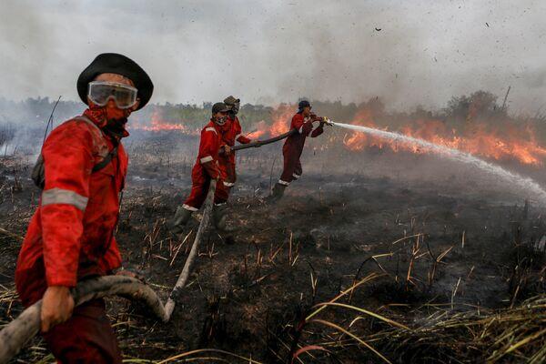 Тушение пожара в Оган-Илире, Южная Суматра