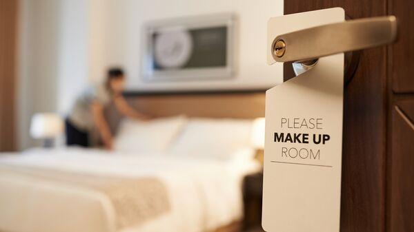Табличка на двери номера в отеле с просьбой сделать уборку