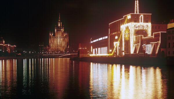 Вид на Мосэнерго и высотное здание на Котельнической набережной. Государственный исторический музей