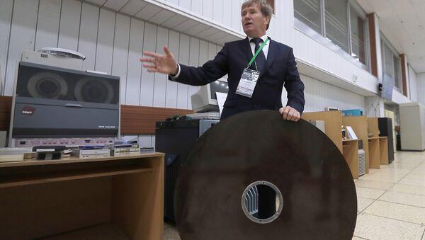 Директор Лаборатории информационных технологий в Объединенном институте ядерных исследований Владимир Кореньков в музее института