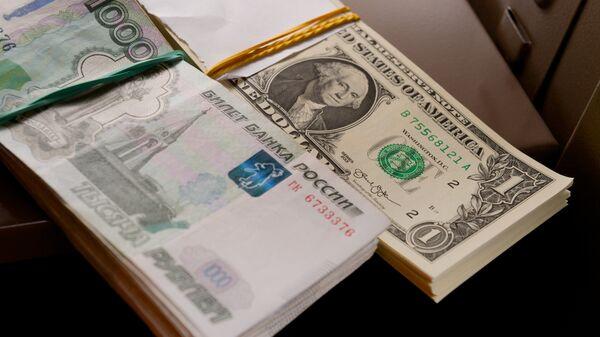 Российские рубли и американские доллары. Архивное фото