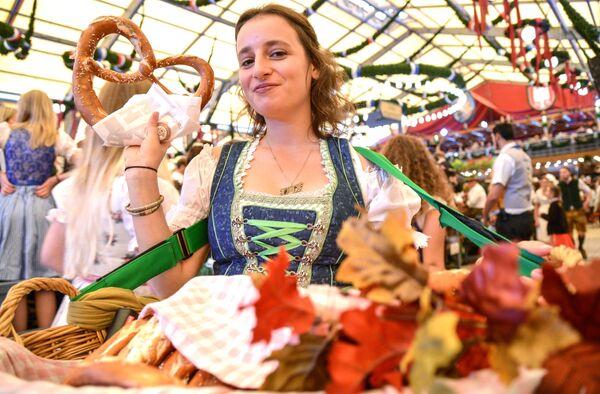 Официантка разносит рогалики на открытии традиционного пивного фестиваля Октоберфест в Мюнхене