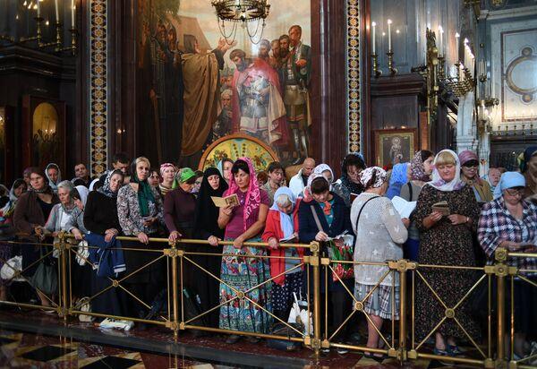 Очередь прихожан в Храме Христа Спасителя, где находятся мощи святителя Спиридона Тримифунтского, доставленные в Россию с греческого острова Корфу