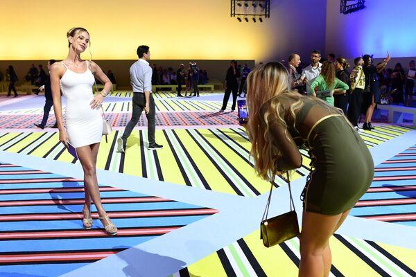 Гости фотографируются перед показом Versace в рамках Недели моды в Милане
