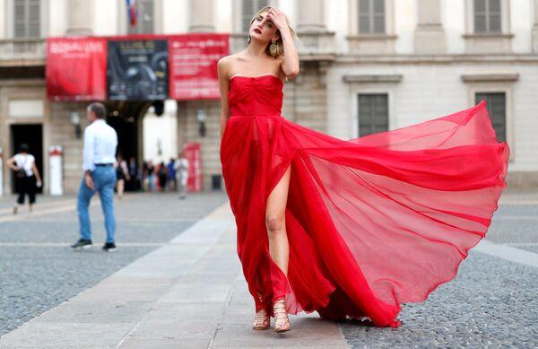 Гостья перед показом Act N'1 в рамках Недели моды в Милане
