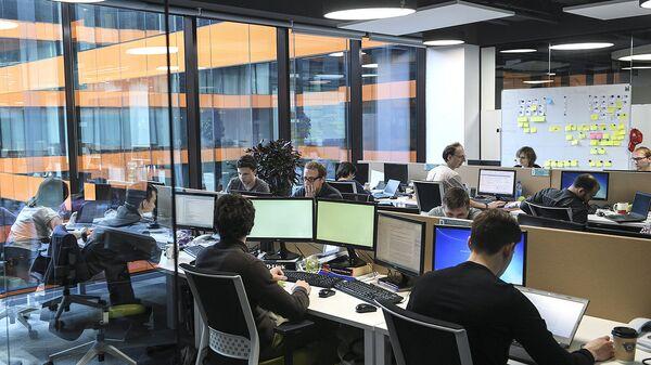 Сотрудники офиса за работой. Архивное фото