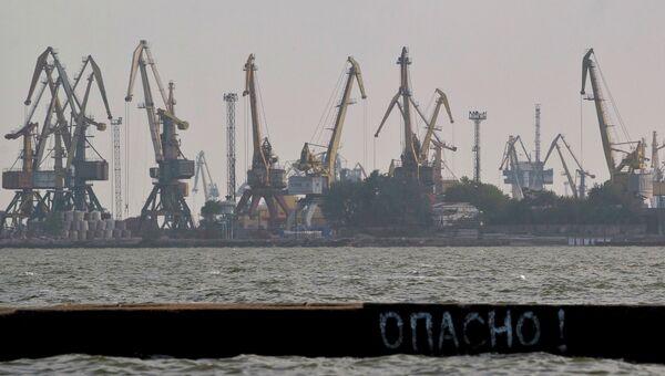 Мариуполь вид на порт с Азовского моря. Архивное фото