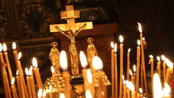 Распятие и свечи в церкви