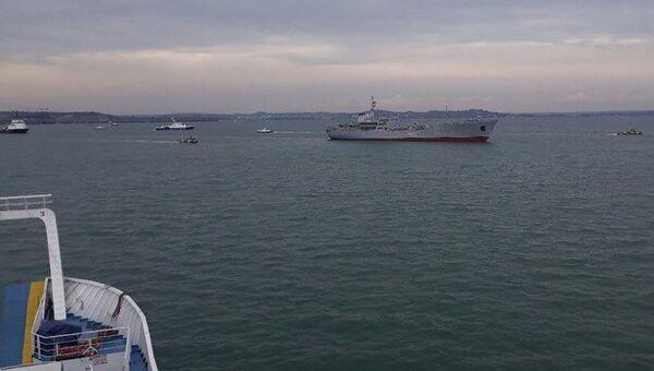 Корабли ВМС Украины после прохождения под арками Крымского моста