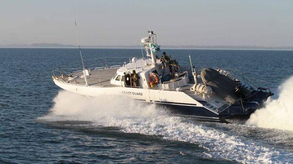 Катер береговой охраны пограничной службы ФСБ России, сопровождающий корабли ВМС Украины во время прохода через Керченский залив