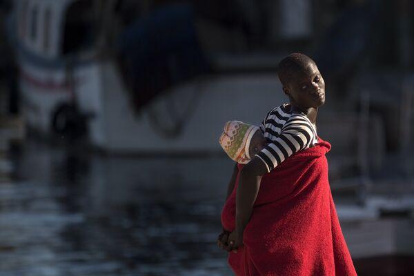Мигранты, спасенные испанской береговой охраной, в порту Малаги
