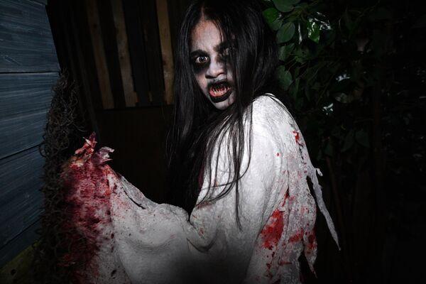 Участник Ночи ужасов в парке Юниверсал в Сингапуре