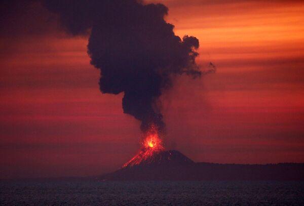 Извержение вулкана Анак-Кракатау в Индонезии