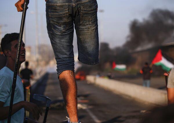 Палестинский протестующий с ампутированной ногой в секторе Газа