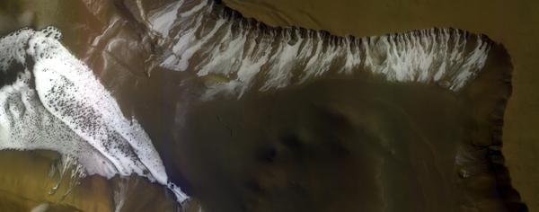 Склон гребня кратера, находящегося на равнине Сизифа (Sisyphi Planum) на Марсе