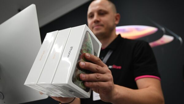 Коробки с телефонами iPhone XS и iPhone XS Max в магазине re:Store на Тверской улице в Москве. 28 сентября 2018