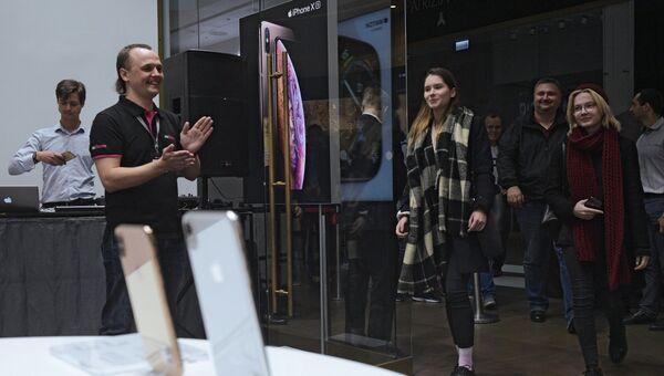 Посетители заходят в магазин re:Store торгово-развлекательного центра «Галерея» в Санкт-Петербурге