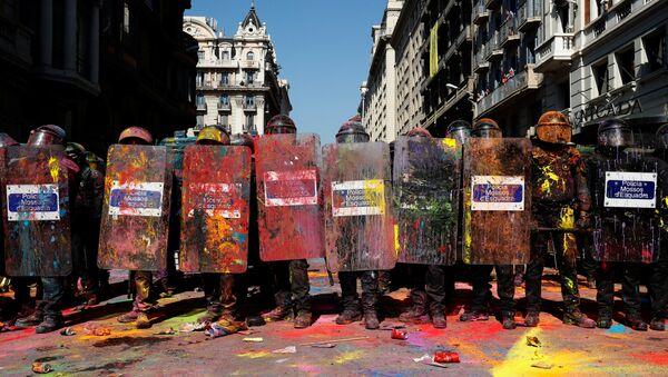 Полицейские силы Каталонии  Mossos d'Esquadra во время демонстрации протеста в поддержку референдума о независимости Каталонии. 29 сентября 2018