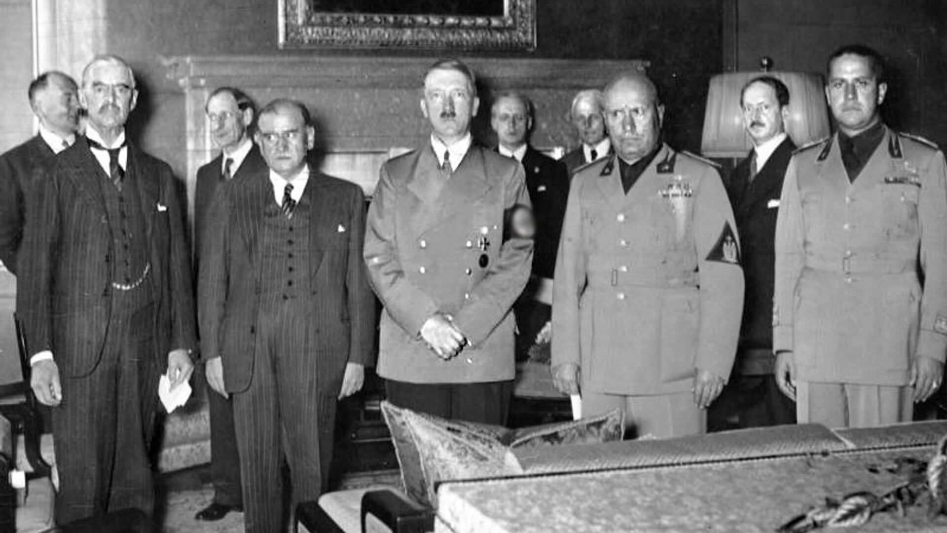 Слева направо: Чемберлен, Даладье, Гитлер, Муссолини и Сиано перед подписанием Мюнхенского соглашения - РИА Новости, 1920, 01.09.2020