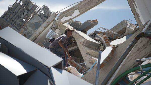Мужчина инспектирует развалины десятиэтажного отеля в Палу на острове Сулавеси, после того как он рухнул в результате сильного землетрясения, Индонезия. 30 сентября 2018
