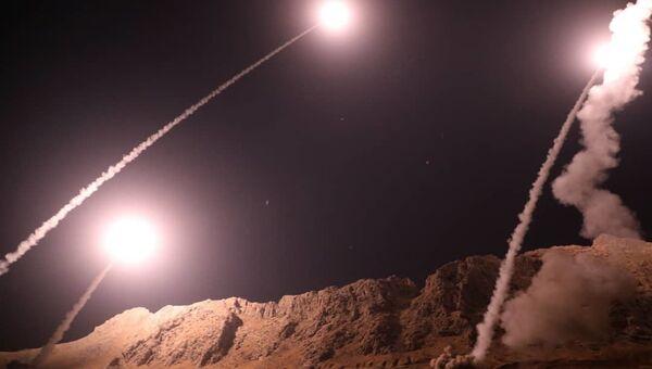Запуск ракет класса земля-земля из города Керманшах в Иране по позициям боевиков на восточном берегу Евфрата в Сирии. 1 октября 2018