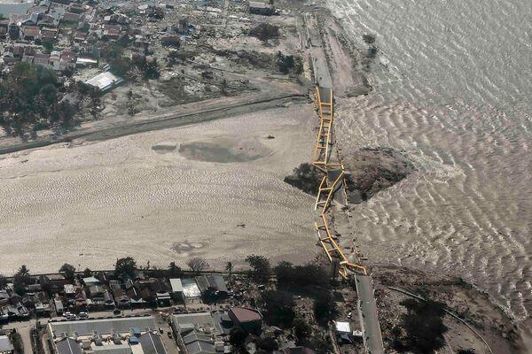Мост разрушенный землетрясение и цунами в городе Палу, Сулавеси, Индонезия. 29 сентября 2018 года