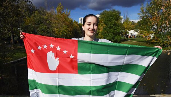 Девушка с национальным флагом Абхазии. Архивное фото