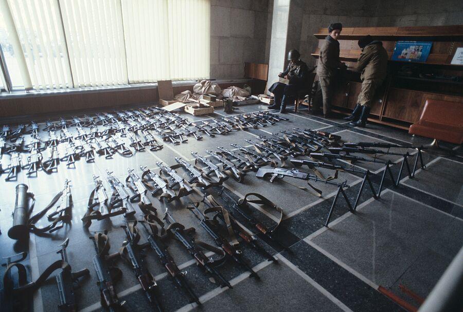Оружие, найденное в здании Верховного Совета РФ (Дом Советов). 1993 год