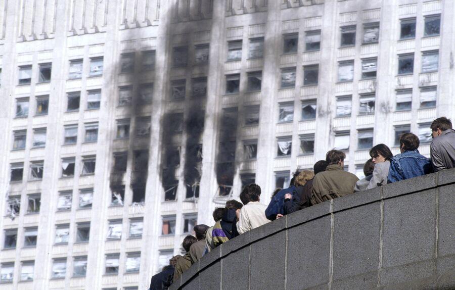 Большое количество зевак, наблюдающих за штурмом здания Дома Советов Российской Федерации