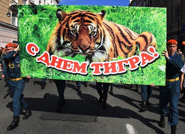 Курсанты Дальневосточной пожарно-спасательной академии МЧС РФ во время праздничных мероприятий, посвященных Дню тигра, во Владивостоке