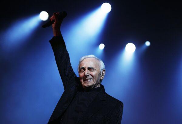 Французский шансонье, писатель и актер Шарль Азнавур выступает на своем концерте в Ереване