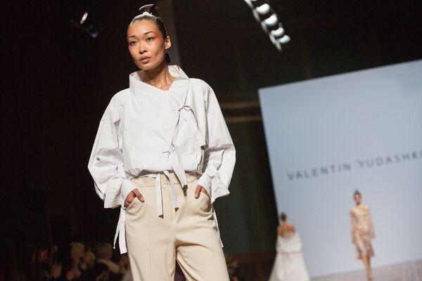 Модель демонстрирует одежду из новой коллекции весна-лето 2019 года  модельера Валентина Юдашкина на Неделе d9595be8a6b