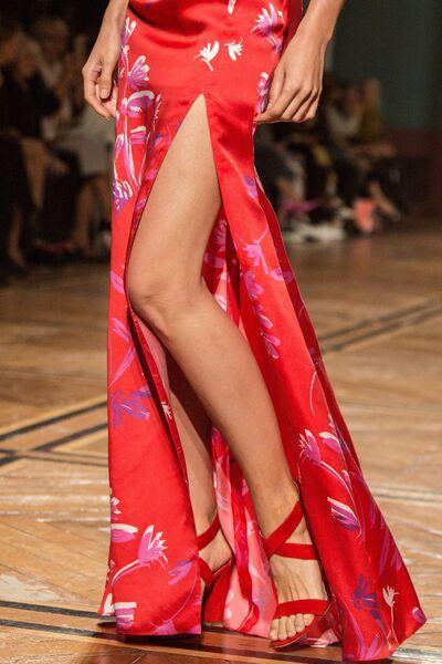 Модель демонстрирует одежду из новой коллекции весна-лето 2019 года модельера Валентина Юдашкина на Неделе моды в Париже