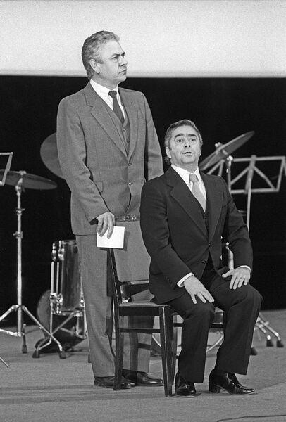 Выступают известные советские артисты эстрады Виктор Ильченко (слева) и Роман Карцев