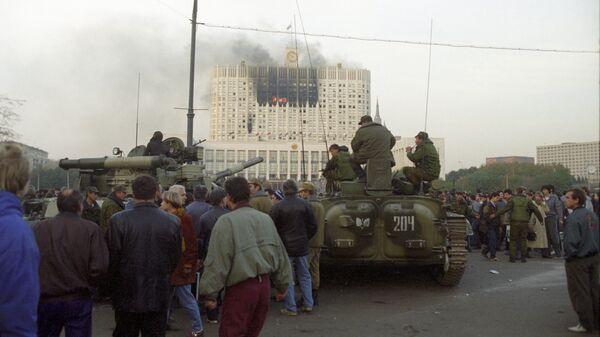 Жители Москвы наблюдают за штурмом Дома Советов РФ
