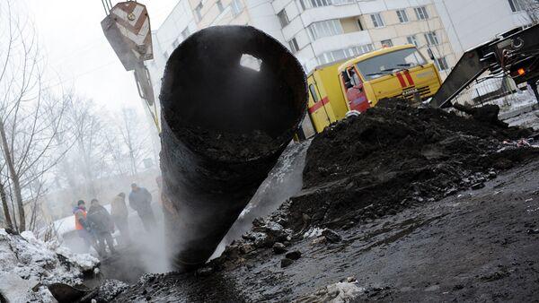 Сотрудники коммунальных служб ликвидируют последствия прорыва трубы отопления. Архивное фото