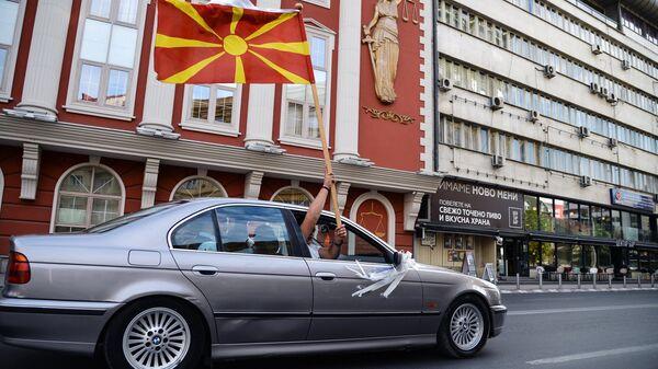 Автомобиль с флагом Македонии в Скопье
