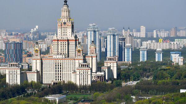 Вид на главное здание Московского государственного университета им. М.В.Ломоносова на Воробьевых горах в Москве