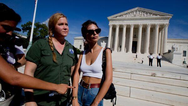 Актриса Эми Шумер и модель Эмили Ратаковски во время акции протеста против Бретта Кавано у одного из зданий Конгресса США в Вашингтоне. 4 октября 2018