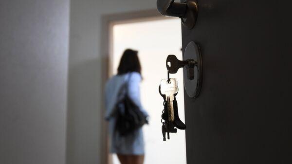 Входная дверь в одной из квартир многоэтажного жилого дома