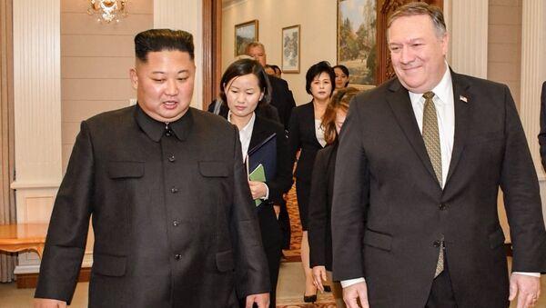 Председатель Государственного совета КНДР Ким Чен Ын и Государственный секретарь США Майк Помпео во время встречи. 7 октября 2018