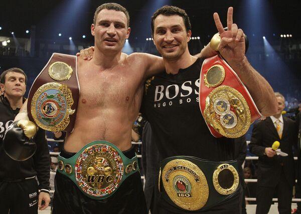 Владимир и Виталий Кличко после боя за чемпионский титул по версии WBC