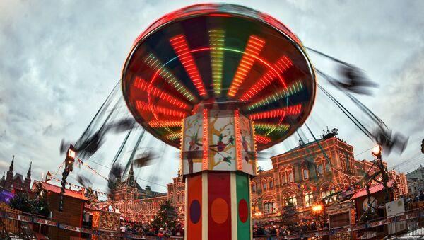 Девушка на новогодней ГУМ-ярмарке на Красной площади в Москве. Архивное фото