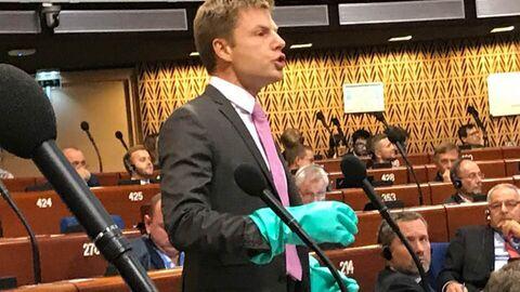 Выступление народного депутата Украины Алексея Гончаренко в резиновых перчатках на заседании ПАСЕ. 9 октября 2018