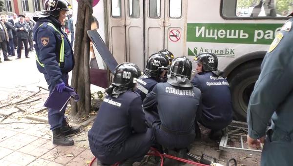 Спасатели на месте ДТП в Орле. 9 октября 2018