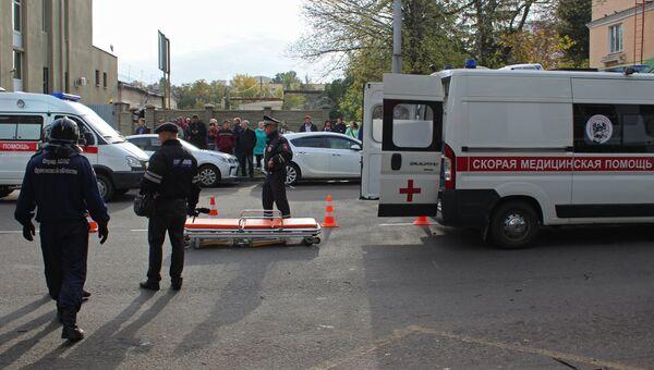 Кареты скорой помощи на месте ДТП в Орле, в результате которого троллейбус наехал на остановку
