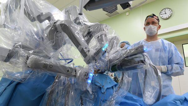 Врачи проводят операцию в отделении роботической хирургии системы Да Винчи в операционном блоке клиники урологии МГМУ имени И. М. Сеченова