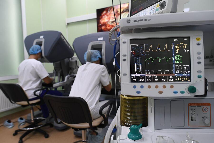 Врачи проводят операцию в отделении роботической хирургии системы «Да Винчи» в операционном блоке клиники урологии МГМУ имени И. М. Сеченова