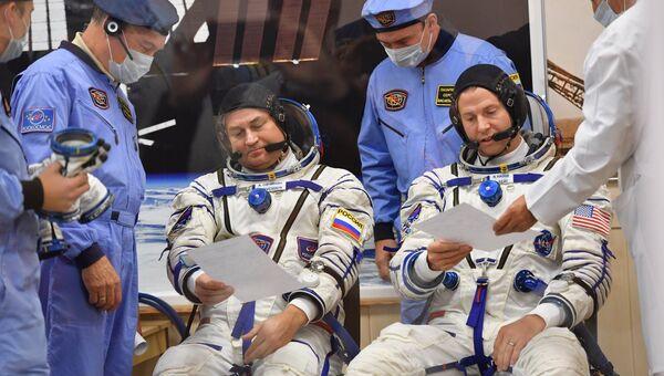 Член основного экипажа МКС-57/58 космонавт Роскосмоса Алексей Овчинин и член основного экипажа МКС-57/58 астронавт NASA Ник Хейг перед стартом ракеты-носителя Союз-ФГ. 11 октября 2018