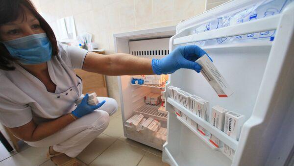Медицинский работник готовится к вакцинации против гриппа